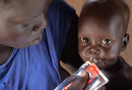 Kinder mit moderater Mangelernährung erhalten eine angereicherte Erdnusspaste voller wichtiger Nährstoffe.